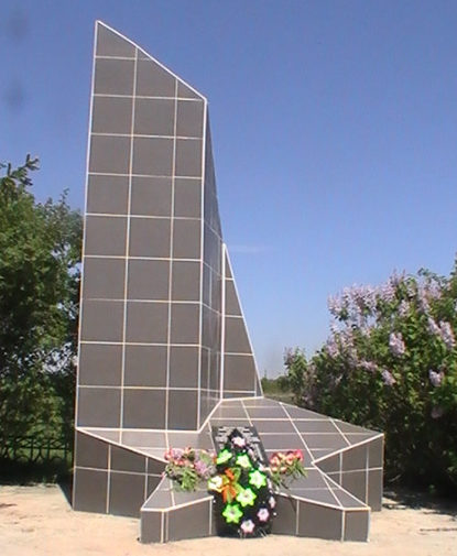 с. Ольховатка Новооскольского р-на. Памятник по улице Центральной 1а, установленный на братской могиле, в которой похоронено 6 советских воинов, погибших в 1943 году.
