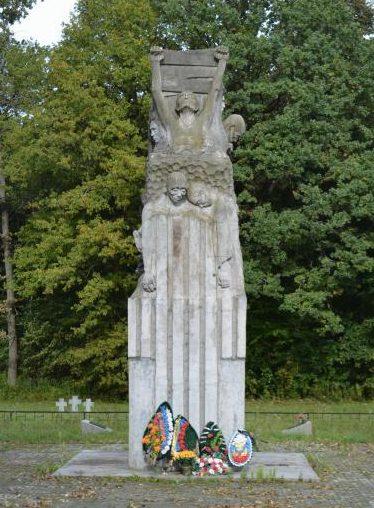 п. Нагорное Багратионовского городского округа. Памятник, установленный в 1971 году на кладбище лагеря для военнопленных Шталаг 1А, где похоронено более 3 тысяч погибших военнопленных.