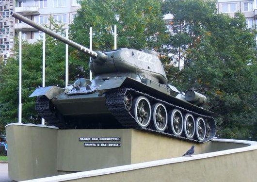 г. Калининград. Памятный знак Т-34, установленный в 1980 году воинам-танкистам на перекрестке улиц Генерала Соммера и Маршала Рокоссовского.