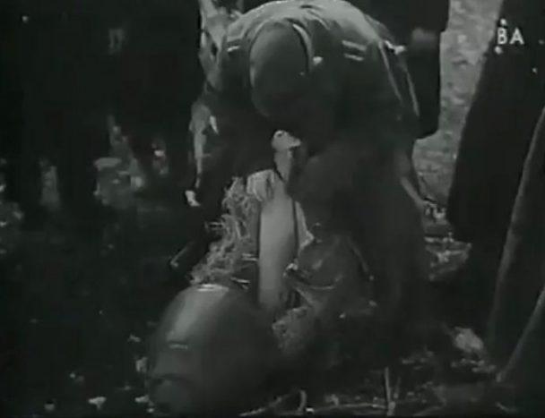 Контейнеры, сброшенные окруженным немцам в городе. Февраль 1944 г.