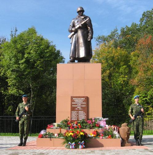 п. Прибрежный Новооскольского р-на. Памятник по улице Центральной, установленный на братской могиле, в которой похоронен 71 советский воин.