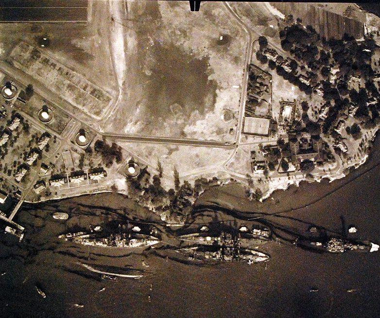 Вид с воздуха на причал линкоров на южной стороне острова Форд после японской атаки.