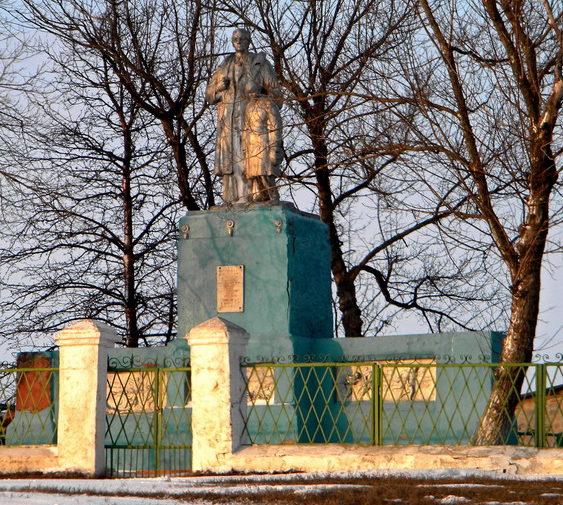с. Серебрянка Новооскольского р-на. Памятник, установленный на братской могиле, в которой похоронено 19 советских воинов.