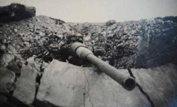 Казематный артиллерийский ДОТ №23 в годы войны на склоне холма Каткарта под морскую 100-мм пушку Б-24ПЛ.