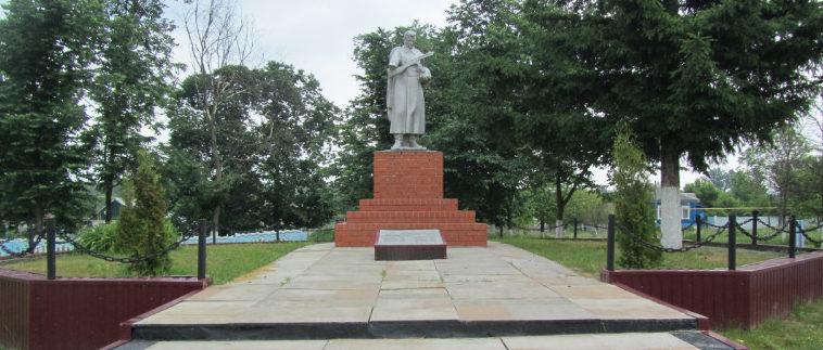 с. Слоновка Новооскольского р-на. Памятник по улице Центральной 39а, установленный на братской могиле, в которой похоронено 19 советских воинов.
