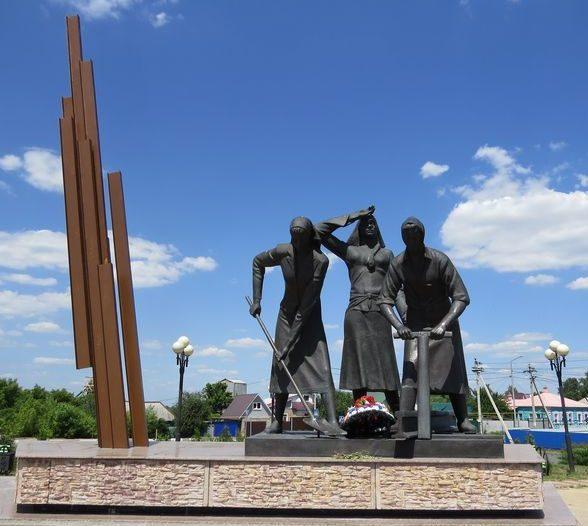 г. Старый Оскол. Памятник подвигу женщин Приосколья - строителей железной дороги Старый Оскол – Ржава.