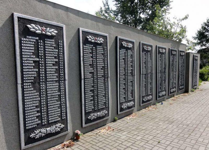 Мемориальные доски с фамилиями павших.