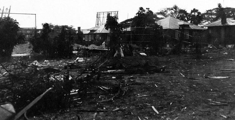 Обломки японского самолета на территории военно-морского госпиталя.