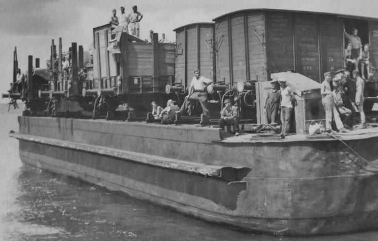Немецкие солдаты в вагонах на пароме Херсонской железнодорожной переправы через Днепр. 1942 г.