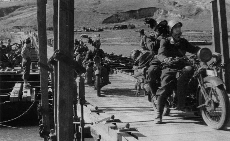 Итальянские берсальеры-мотоциклисты переправляются через реку Северский Донец. Июль 1942 г.