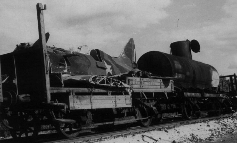 Советский истребитель И-16 на железнодорожной платформе в Ворошиловграде. Август 1942 г.