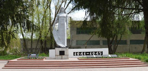 г. Старый Оскол. Памятник, установленный на братской могиле, в которой похоронено 55 советских воинов, в т.ч. 19 неизвестных, погибших в 1943 году.