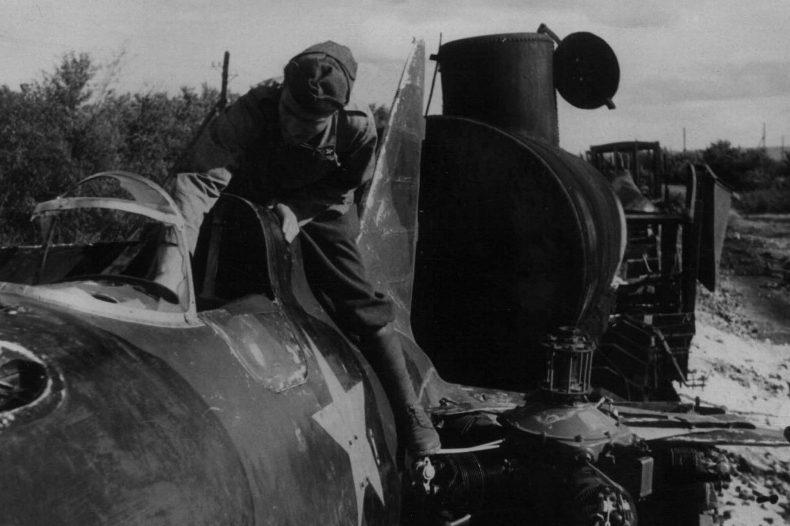 Итальянцы у советского самолета. Август 1942 г.