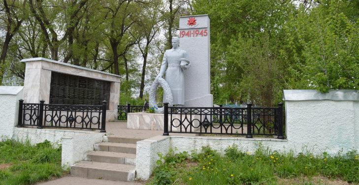 г. Старый Оскол. Памятник по улице Ракитной, установленный на братской могиле, в которой похоронено 243 советских воинов, в т.ч. 44 неизвестных, погибших в 1943 году.