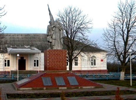 с. Береговое-1 Прохоровского р-на. Памятник по улице Садовой 8, установленный на братской могиле, в которой похоронено 399 советских воинов, погибших в 1943 году.