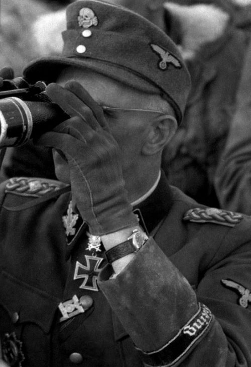 Группенфюрер СС Отто Гилле на наблюдательном пункте. Апрель 1944 г.