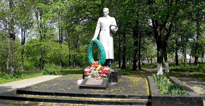 с. Федосеевка Старооскольского р-на. Памятник по улице Натальи Лихачевой, установленный на братской могиле, в которой похоронено 45 советских воинов, в т.ч. 30 неизвестных, погибших в 1943 году.