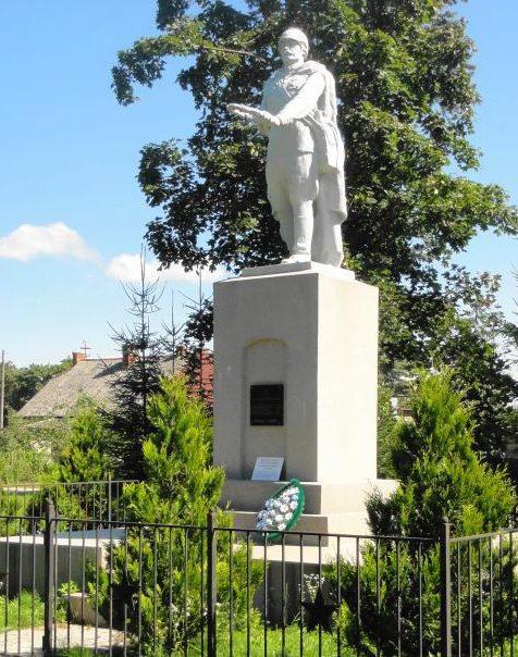 п. Совхозное Багратионовского городского округа. Памятник по улице Центральной, установленный в 1955 году на братской могиле, в которой похоронено 5 советских воинов.