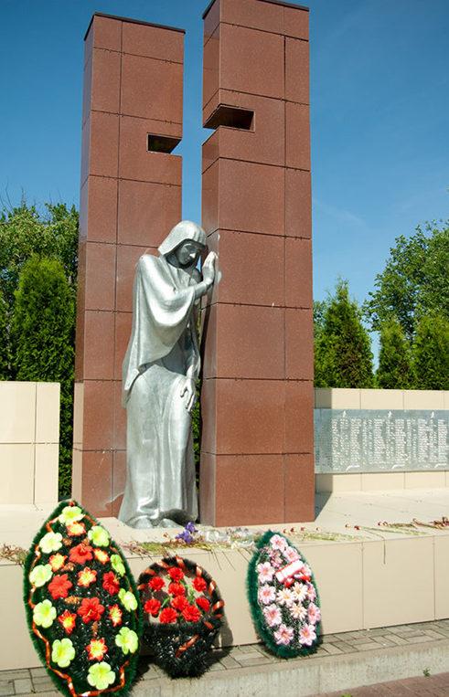 д. Гусёк-Погореловка Прохоровского р-на. Памятник, установленный на братской могиле, в которой похоронено 684 советских воинов, погибших в 1943 году.