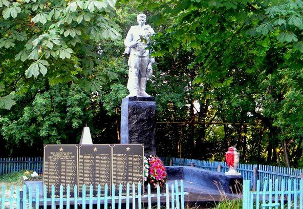 с. Казачье Прохоровского р-на. Памятник, установленный на братской могиле, в которой похоронено 89 советских воинов, погибших в 1943 году.