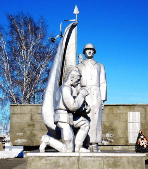 Скульптурные фрагменты на мемориале.