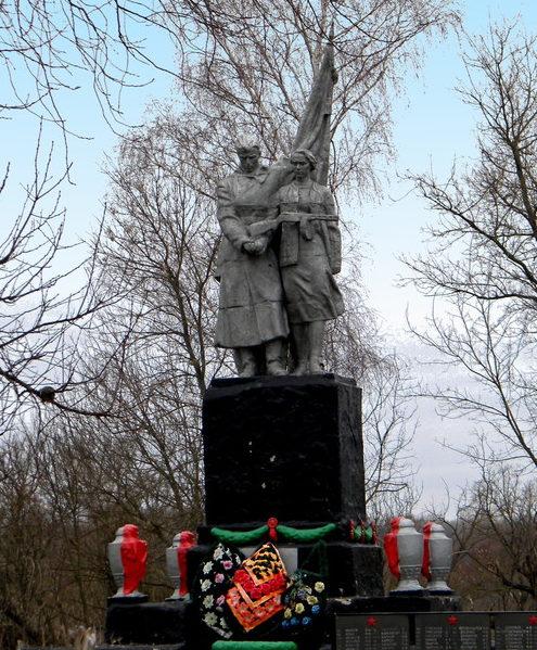 с. Карташевка Прохоровского р-на. Памятник по улице П.И. Шпетного, установленный на братской могиле, в которой похоронено 318 советских воинов, погибших в 1943 году. Здесь же похоронен Герой Советского Союза старший лейтенант Шпетный А.М.