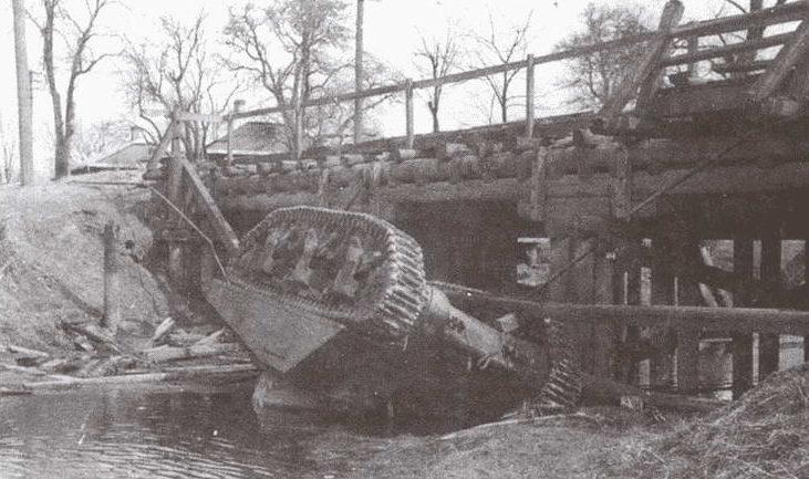 Советский танк, рухнувший с моста во время боев в городе. Июль 1944 г.