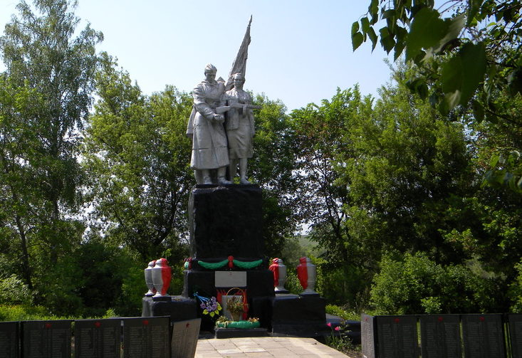 с. Косьминка Прохоровского р-на. Памятник, установленный на братской могиле, в которой похоронено 52 советских воинов, погибших в 1943 году.