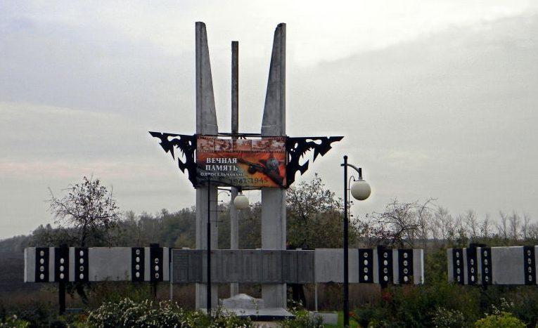 с. Лучки Прохоровского р-на. Памятник по улице Центральной, установленный в честь односельчанам, погибшим в годы войны.