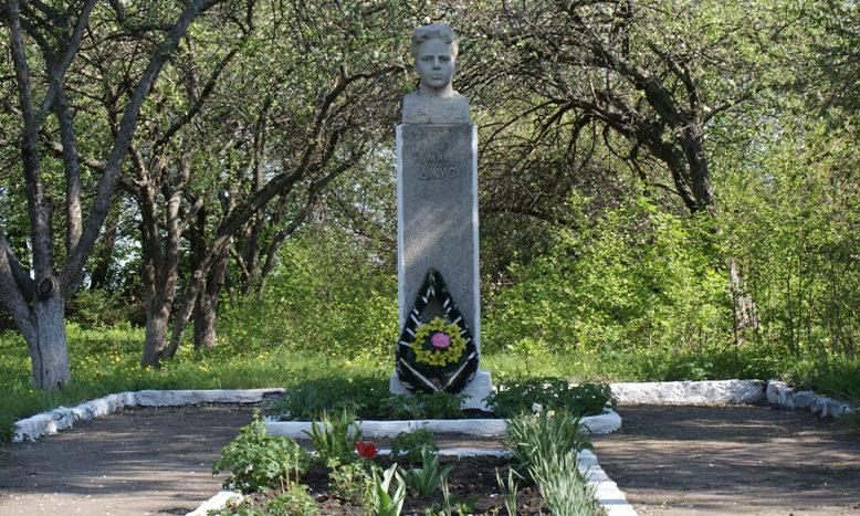 с. Малояблоново Прохоровского р-на. Бюст земляку, сыну полка Лени Джусу, погибшего на фронте.