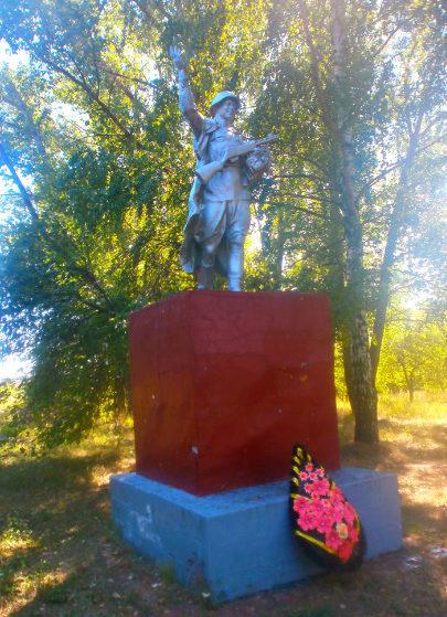 с. Масловка Прохоровского р-на. Памятник по улице Молодежной, установленный в честь погибших односельчан в годы войны.