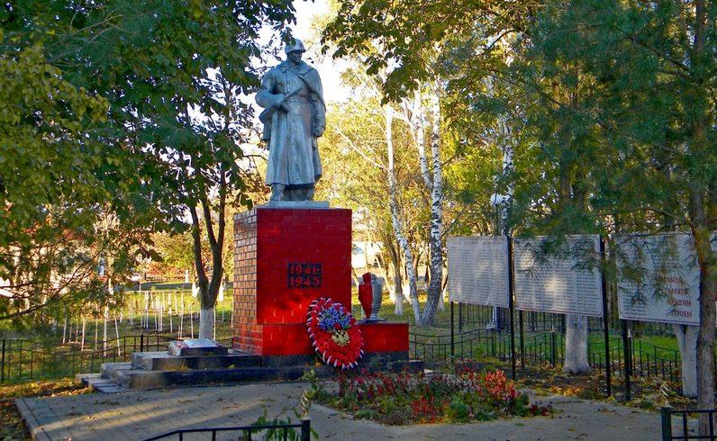 с. Петровка Прохоровского р-на. Памятник по улице Школьной, установленный на братской могиле, в которой похоронено 27 советских воинов, погибших в 1943 году.
