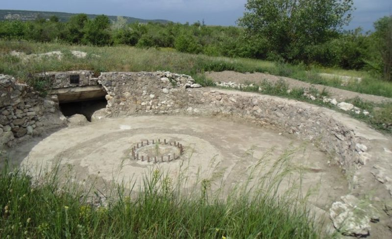 Открытая орудийная площадка артиллерийского ДОТа №59 под 130-мм орудие.