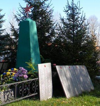 с. Плота Прохоровского р-на. Памятник, установленный на братской могиле, в которой похоронен 451 советский воин, погибший в 1943 году.
