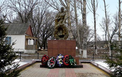 с. Прелестное Прохоровского р-на. Памятник по улице Центральной, установленный на братской могиле, в которой похоронен 814 советский воин, погибший в 1943 году.