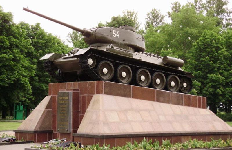 Памятник -танк Т-34-85 советским танкистам на высоте 252,2 метра.