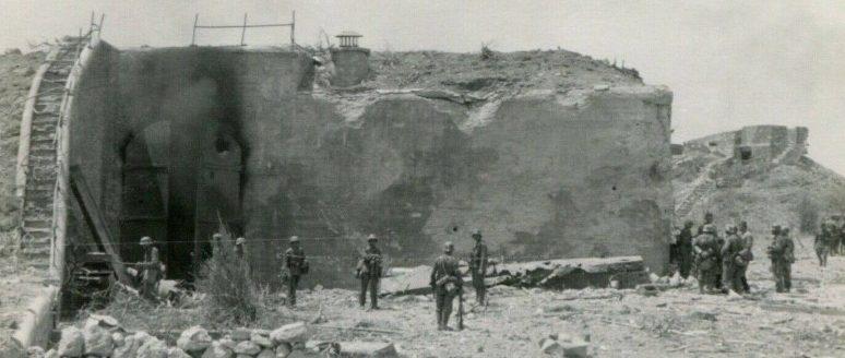 Немецкие войска на захваченной батареи.