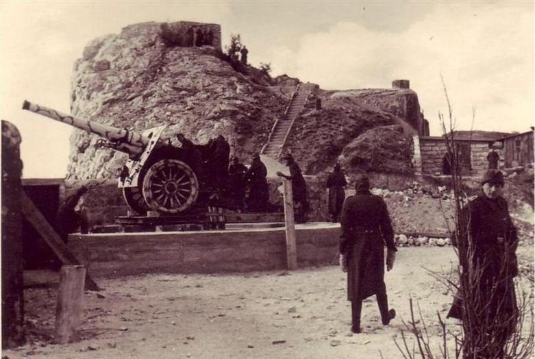 Немецкие орудия на позициях батареи №19 в 1943 году.