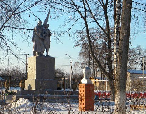 п. Пролетарский Ракитянского р-на. Памятник по переулку Почтовом, установленный на братской могиле, в которой похоронено 42 советских воина, погибших в 1943 г.