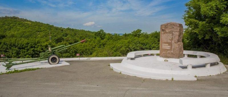 Памятник, павшим воинам на перевале Волчьи ворота.
