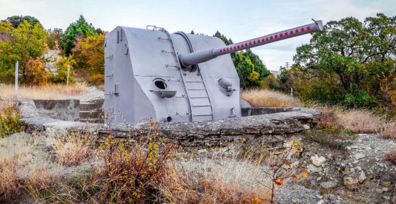 100-мм орудия Б-34 на боевых позициях.