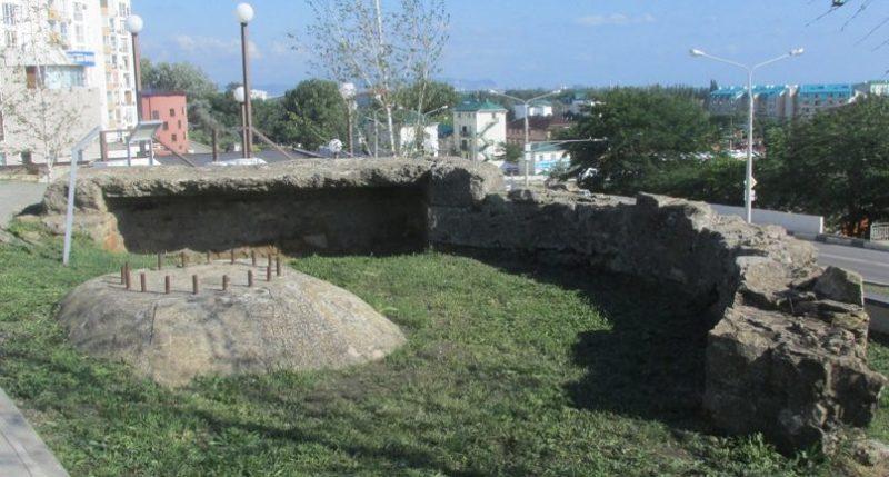 Остатки орудийных двориков.