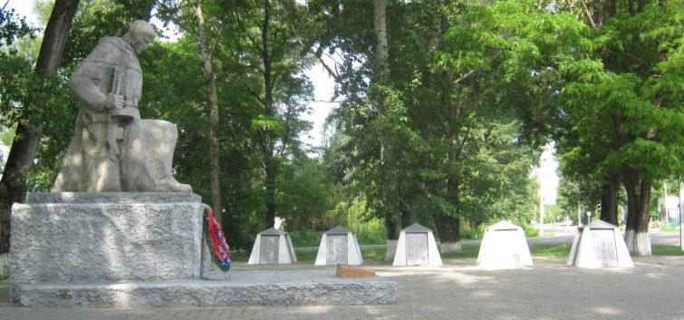 с. Айдар Ровеньского р-на. Памятник по улице Центральной 102, установленный на братской могиле, в которой похоронено 4 советских воина, погибших в 1943 году.