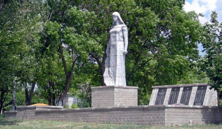 с. Верхняя Серебрянка Ровеньского р-на. Памятник по улице Центральной, установленный на братской могиле советских воинов, погибших в годы войны.