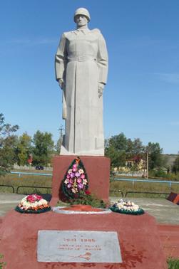 с. Клименково Ровеньского р-на. Памятник воину-освободителю, установленный в 1990 году. Скульптор - Шептухин Н.Ф.