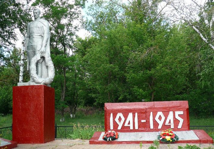 с. Ладомировка Ровеньского р-на. Братская могила советских воинов, погибших в годы войны.