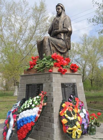 х. Лихолобово Ровеньского р-на. Памятник, установленный в 2015 году погибшим землякам хуторов Лихолобов, Зубков, Гапонов.
