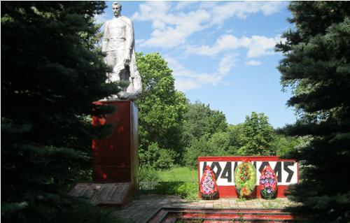 с. Лозовое Ровеньского р-на. Памятник по улице 40 лет Победы, установленный на братской могиле советских воинов, погибших в годы войны.