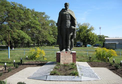 с. Нагорье Ровеньского р-на. Памятник по улице Центральной 8, установленный на братской могиле советских воинов, погибших в годы войны.