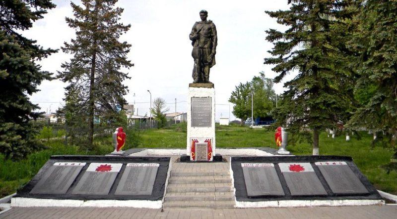 с. Новоалександровка Ровеньского р-на. Памятник, установленный на братской могиле советских воинов, погибших в 1943 году.